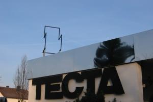 <p>テクタ社に到着。<br /> まずはあの有名なマルト・スタムのガス管のカンティレバーチェアがお出迎え。</p>