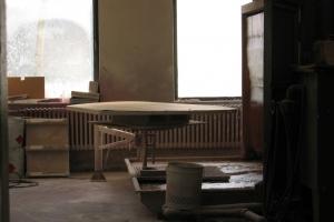 <p>塗装場風景。M21ダイニングテーブルの天板を塗装しています。</p>