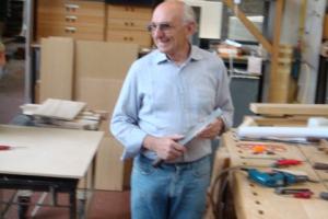 <p>工場内を案内され、ベテランのERMANNO氏に出会いました。多くの工具を使いプロトタイプ(試作品)を製作しています。デッサンや図面からプロトタイプを製作し座り心地や張地や強度などのチェックを行います。ポラダ社らしいフォルムを熟知したデザイナーと木の素性を知り尽くしたERMANNO氏が製品へと導いていきます。すべてのバランスが一致した瞬間、そこには納得のいくも物が出来上がりポラダ社の製品となります。</p>