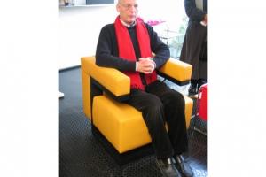 <p>本社の中へ入りあいさつを交わした後すぐにブロホイザー社長の独演が始まりました。<br /> バウハウスの初代校長グロピウスデザインの椅子に座り、バウハウスの歴史から、いろいろな椅子の製作秘話、デザイナーとの思い出話…話し出したら止まりません。</p>