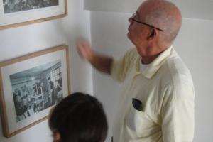 <p>こちらが現在のアイラーセン社,社長のお父様。年に5~6回は中国に足を運び長期滞在して工場の作業状況やクオリティを確認しています。<br /> 工場の見学中も気になったことがあれば作業中のスタッフに声をかけていました。</p> <p>1895年創業の120年の歴史があるアイラーセン社。壁に飾られたアイラーセン社の歴史を丁寧に説明してくださいました。</p>
