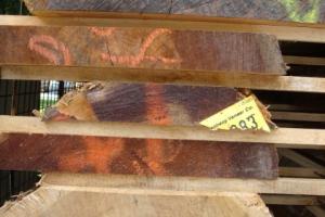 <p>まず最初に出会ったのは資材置き場。大きな倉庫には1枚1枚丁寧に積み上げられた木材が保管してあります。<br /> 板と板の間には空気が流れるように木を挟み、均等に乾燥せます。この場所で1年間ほど乾燥した後、部材毎にカットしNC機械にセット。各ラインへと流れていきます。</p>