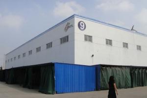 <p>アクタス直営店メンバー4名と私を含むアクタスディーラーショップスタッフ2名合同で中国Five by Five工場に訪問させていただきました。<br /> 写真のような大きな工場がずらりと並び世界各国へ出荷しています。上海北部に位置するこちらの工場だけでもこの写真の大きさの工場が12個。また別の場所にも工場があります。</p>