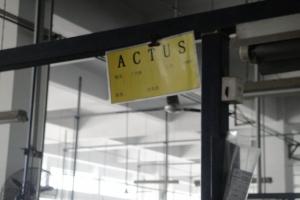 <p>「ACTUS」の文字を発見!!<br /> この縫製ブースではACTUS商品のみを扱っています。熟練作業員のみが作業し通常商品より厳しいチェックが行われています。<br /> 品質管理には最も気を使っていて出荷後も誰が作業に関ったか分かるようにまで徹底されています。</p>