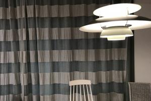 カーテンと照明でお部屋の雰囲気は大きく変わります。こちらのカーテンはスイスFISBA社のクラッシュ加工が印象的なレースカーテン。