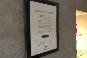 アンシエントオーク材の証明書。残念ながら限定生産のため現在は販売されていないモデル。