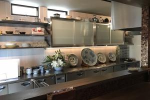 オープン厨房にはオーナー様が収集されてきた見事な食器類がずらり