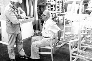 <p>ウェグナーの全ての経験が、このシンプルな一脚に込められています。背もたれとアームは、最上級の座り心地が得られるよう人間工学的にデザインされています。<br /> ウェグナーの椅子で最も有名なCH24・Yチェアと比べるとアームが短くテーブルの下にもごりこむようにデザインされているのが大きな違いとして挙げられます。</p>