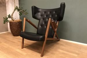 <p><strong>幻の椅子「グラスホッパーチェア」</strong></p> <p>1938年、ニールス・ボッターと組み、初めてギルド展に出品した作品。2脚作られたがその後人の目に触れることなく「幻の椅子」と呼ばれていました。<br /> 2018年パリのオークションに現存していた1脚が出品され319,000ユーロ(約3,800万円)で落札されました。オークションの前に出品者の許可を得て採寸を行い、今回復刻が実現しました。</p>